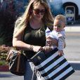 Hilary Duff se balade avec sa fille Banks Violet Bair dans le quartier de Studio City à Los Angeles, le 5 juin 2019