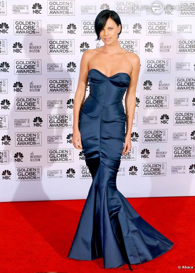 Charlize Theron portait une robe sirène bleue au Golden Globe Awards 2009