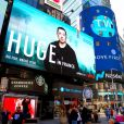 """Illustration d'un écran de promotion pour la série de Netflix """"Huge in France"""" avec Gad Elmaleh à Times Square, New York le 4 avril 2019."""