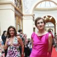 """Caroline Loeb - Défilé """"Over Fifty... et alors !"""" à la galerie Vivienne à Paris le 17 Juin 2019. C'est sous les ors de la galerie Vivienne que la styliste Nathalie Garçon, initiatrice de l'association """"Over fifty...et alors"""", a organisé un défilé de mode afin de faire évoluer la visibilité et le regard porté sur les femmes de plus de cinquante ans. © Dominique Jacovides/Bestimage"""