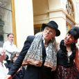 """Elliott Murphy et Lio - Défilé """"Over Fifty... et alors !"""" à la galerie Vivienne à Paris le 17 Juin 2019. C'est sous les ors de la galerie Vivienne que la styliste Nathalie Garçon, initiatrice de l'association """"Over fifty...et alors"""", a organisé un défilé de mode afin de faire évoluer la visibilité et le regard porté sur les femmes de plus de cinquante ans. © Dominique Jacovides/Bestimage"""