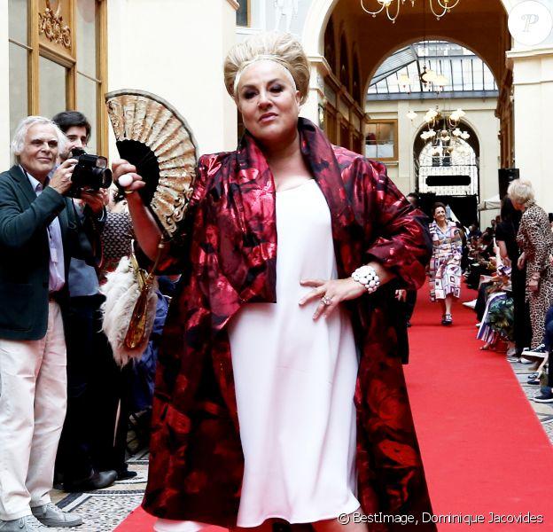 """Marianne James - Défilé """"Over Fifty... et alors !"""" à la galerie Vivienne à Paris le 17 Juin 2019. C'est sous les ors de la galerie Vivienne que la styliste Nathalie Garçon, initiatrice de l'association """"Over fifty...et alors"""", a organisé un défilé de mode afin de faire évoluer la visibilité et le regard porté sur les femmes de plus de cinquante ans. © Dominique Jacovides/Bestimage"""