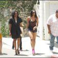 La chanteuse Ciara et des amis se promènent à Los Angeles le 23 juin 2009