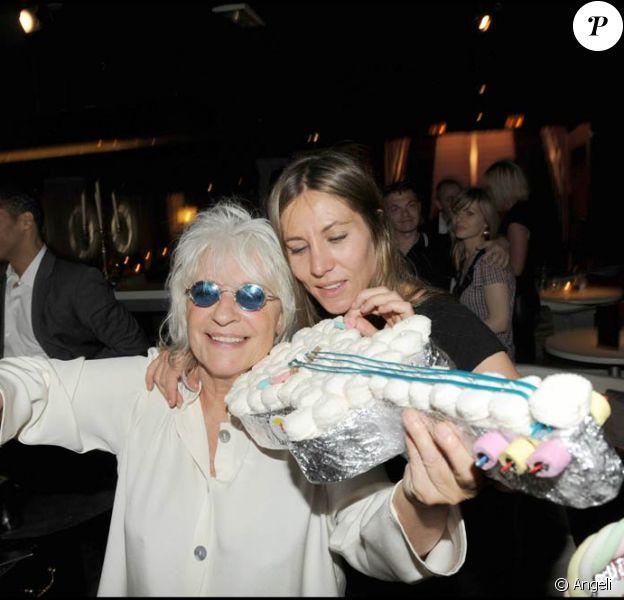 Catherine Lara et Mathilde Seigner fêtent le succès du spectacle Au delà des murs au Queenie