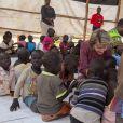 """La reine Mathilde de Belgique et sa fille la princesse héritière Elisabeth en visite au centre Furaha & Early Childhood Development (ECD) et à l'école primaire """"Future"""" au camp de réfugiés Kakuma au village de Kalobeyei le 25 juin 2019 dans le cadre d'une mission humanitaire sous l'égide d'UNICEF Belgique, dont l'épouse du roi Philippe est la présidente d'honneur."""
