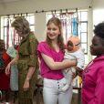La reine Mathilde de Belgique et sa fille la princesse héritière Elisabeth ont visité le centre de protection de l'enfance du quartier Dagoretti, dans la banlieue ouest de Nairobi, le 26 juin 2019 dans le cadre d'une mission humanitaire sous l'égide d'UNICEF Belgique, dont l'épouse du roi Philippe est la présidente d'honneur.