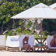 Exclusif - Britney Spears a retrouvé sa joie de vivre, riant et faisant la roue et des acrobaties sur la plage avec sa mère Lynne. Une belle escapade sur une île paradisiaque loin de la tourmente de ces derniers mois. Lynne porte un bikini blanc tandis que Britney porte un deux-pièces rose et imprimé léopard. Îles Turques et Caïques, le 23 juin 2019.
