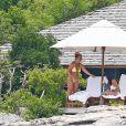Exclusif - Britney Spears et sa mère Lynn en vacances sur les Îles Turks et Caïques le 22 juin 2019. Sur le film de ses vacances, Britney n'hésite pas à faire ses cascades elle-même. Elle escalade un rocher à mains nues et en tong sous l'oeil rassurant de sa mère. Aucune autre protection que son petit bikini jaune. Après cette montée d'adrénaline, la chanteuse fait trempette dans les eaux bleues de la crique et le duo mère - fille rejoint les transats.