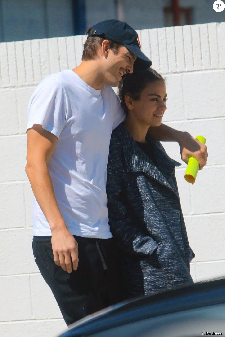 Exclusif - Mila Kunis et son mari Ashton Kutcher en balade dans les rues de Los Angeles, le 17 mai 2019