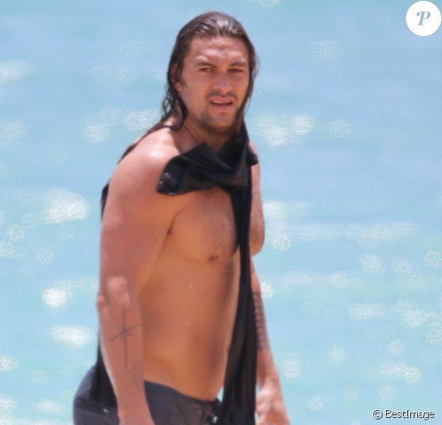 Exclusif - Jason Momoa se baigne sur une plage à Hawaï le 18 juin 2019.