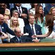 L'ex-champion de tennis Stan Smith offre une paire de baskets dédicacées à Kate Middleton pour son fils le prince Louis, au tournoi de Wimbledon, le 14 juillet 2019.
