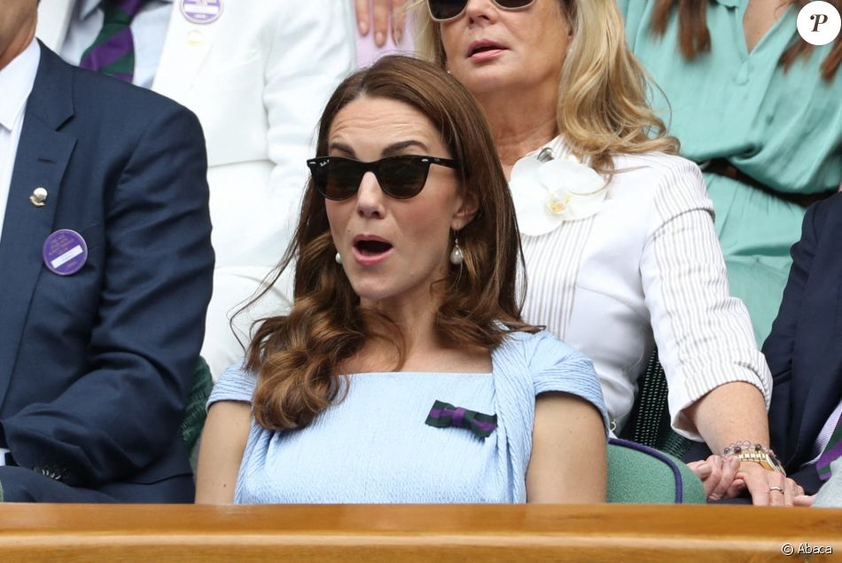 """Le prince William, duc de Cambridge, et Catherine (Kate) Middleton, duchesse de Cambridge, assistent à la finale homme du tournoi de Wimbledon """"Novak Djokovic - Roger Federer (7/6 - 1/6 - 7/6 - 4/6 - 13/12)"""" à Londres. Catherine (Kate) Middleton, duchesse de Cambridge, est venue remettre les trophées aux joueurs. Londres, le 14 juillet 2019."""