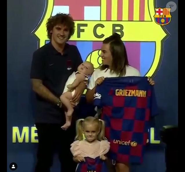 Antoine Griezmann, sa femme Erika et leurs deux enfants Mia et Amaro au FC Barcelone Megastore, le 13 juillet 2019.