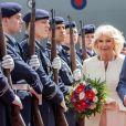 Le prince Charles et Camilla Parker Bowles, duchesse de Cornouailles, visitent la Porte de Brandebourg à Berlin, en compagnie du maire Michael Mueller et de sa femme Claudia. Le 7 mai 2019