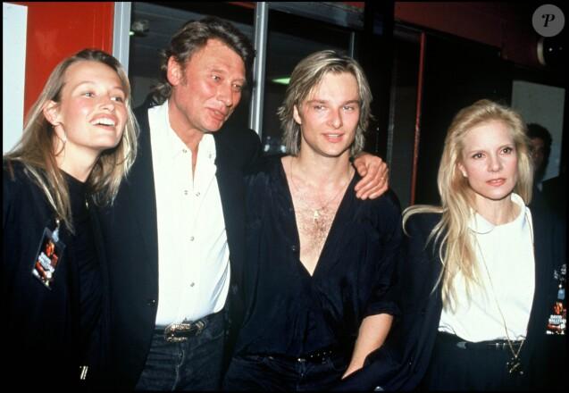 Estelle Lefébure, David Hallyday et Sylvie Vartan avec Johnny Hallyday à Paris, le 11 mars 1991.
