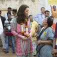 "Kate Middleton en robe  Anita Dongre visite le  ""Banganga Tank"" à Bombay, en Inde, le 10 avril 2016."