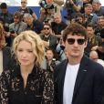 """Virginie Efira et son compagnon Niels Schneider au photocall de """"Sibyl"""" lors du 72ème Festival International du Film de Cannes, le 25 mai 2019. © Dominique Jacovides/Bestimage"""