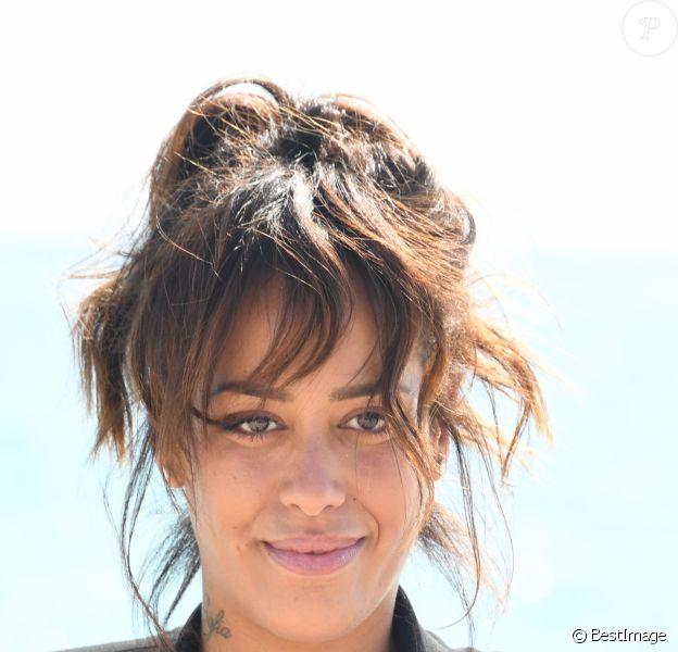 """Amel Bent lors du photocall de """"Kings"""" lors de la 2ème édition du festival Canneseries à Cannes le 9 avril 2019. © Lionel Urman / Bestimage"""