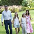 Le roi Felipe VI, la reine Letizia d'Espagne, la princesse Leonor des Asturies et l'infante Sofia ont comme tous les ans posé pour la presse dans le parc du Palais de Marivent à Palma de Majorque, le 4 août 2019.