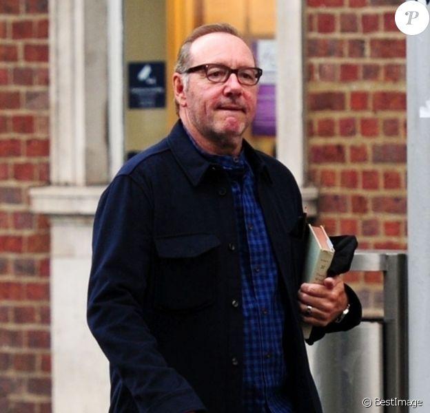 Exclusif - L'acteur américain Kevin Spacey quitte le restaurant Beaufort House à Chelsea, un livre à la main. L'homme qui l'accusait d'agression sexuelle a retiré sa plainte, l'acteur a également reçu le soutien de Judi Dench. Londres, le 9 juillet 2019.