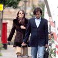 Liz Hurlez et son époux Arun Nayar près de leur domicile londonien. Liz n'a jamais à s'encombrer des bagages lorsqu'ils voyagent, Arun est un gentleman...