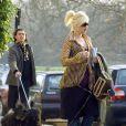 Gwen Stefani et Gavin Rossdale sont bien organisés ! Gwen s'occupe de son sac à main tandis que monsieur promène les chiens !