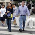 Marcia Cross et son époux Tom Mahoney toujours dévoué pour porter les paquets de sa femme lors des séances shopping !
