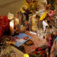 L'étoile de Farrah Fawcett à Hollywood Walk of Fame est fleurie et honorée par ses fans