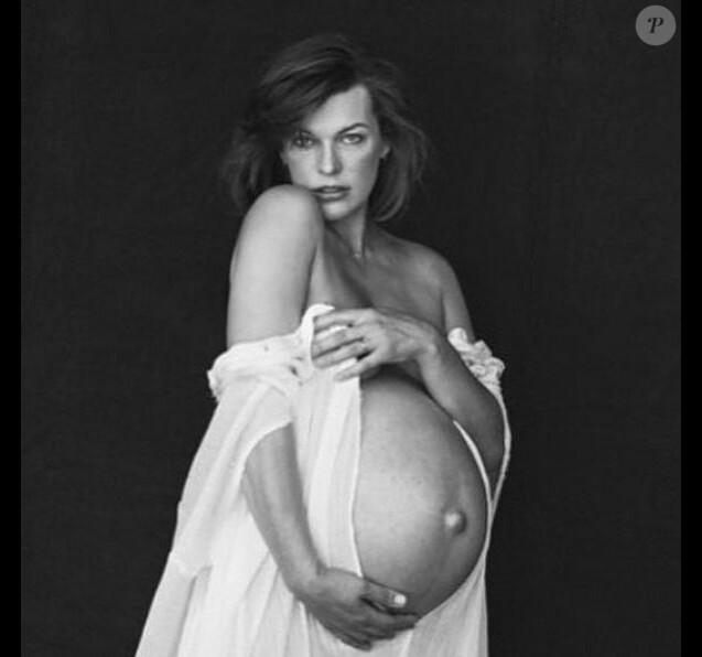 Milla Jovovich, enceinte et photographiée par Peter Lindbergh. Mai 2015.