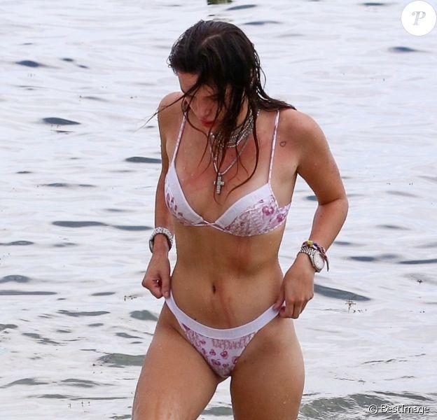 Bella Thorne se baigne avec son chien sur la plage de Miami. Bella ressors de l'eau, le corps égratigné par les griffures de son chien. Le 7 août 2019.