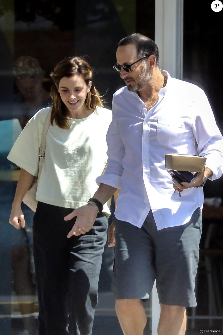 Exclusif - Emma Watson et un ami sont allés déjeuner au Superba Cafe à Santa Monica, le 13 août 2019.