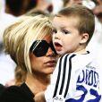 i les deux grands adorent le baskets et les jeux de garçons, le petit Cruz lui, préfère largement les bras de sa maman ! Trop mignons...