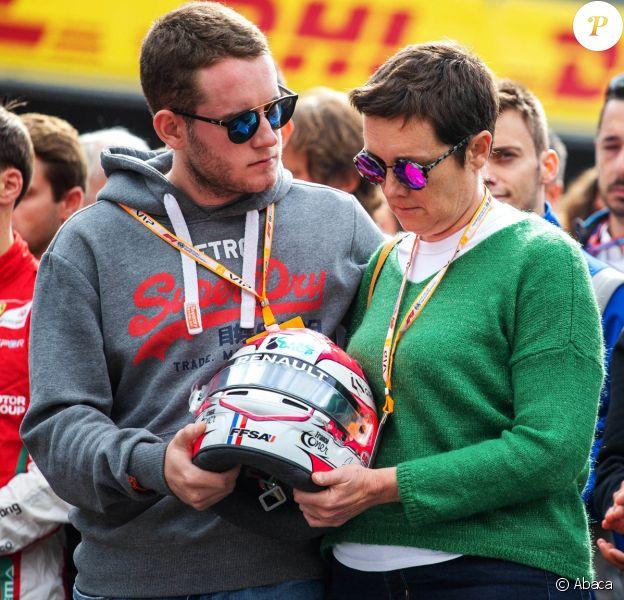 Le frère et la mère d'Anthoine Hubert, tenant son casque, lors de l'hommage rendu le 1er septembre 2019 à Anthoine à l'occasion d'une minute de silence avant le Grand Prix de Belgique à Spa-Francorchamps, où le jeune pilote a trouvé la mort la veille.
