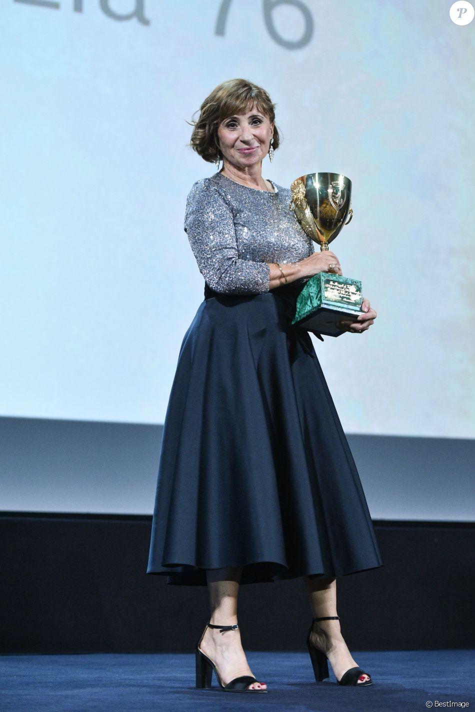 Ariane Ascaride Coupe Volpi De La Meilleure Actrice Pour Gloria Mundi Sur Scene Lors De La Ceremonie De Cloture Du 76eme Festival International Du Film De Ven Purepeople