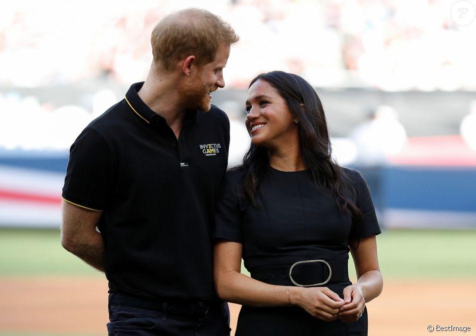 Le prince Harry et Meghan Markle, duchesse de Sussex, ont salué les Boston Red Sox et les New York Yankees dans le cadre des Invictus Games 2019 au London Stadium le 29 juin 2019.
