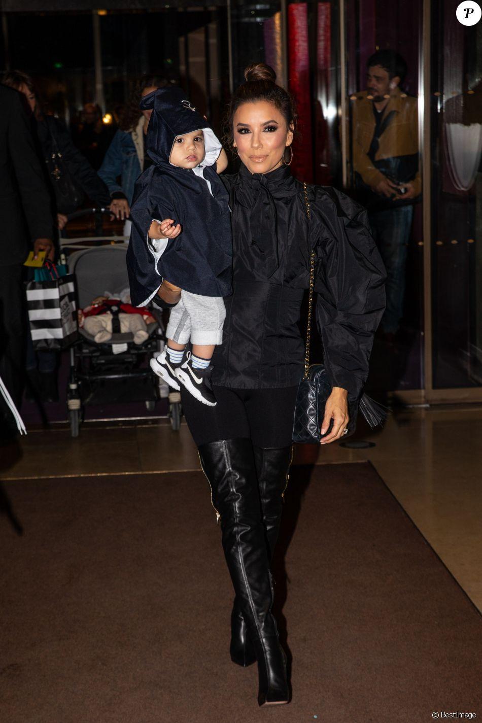 Eva Longoria et son fils Santiago Enrique Bastón quittent l'hotel Mandarin et se rendent au restaurant Costes, à Paris, le 24 Septembre.