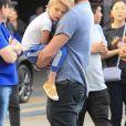 Josh Duhamel et son fils Axl devant le Staples Center après le match des Clippers de Los Angeles VS Warriors de Golden State à Los Angeles, le 26 avril 2019.