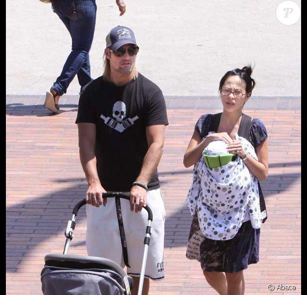 Josh Holloway se balade à Los Angeles avec sa femme Yessica et leur fille de trois mois Java Kumala