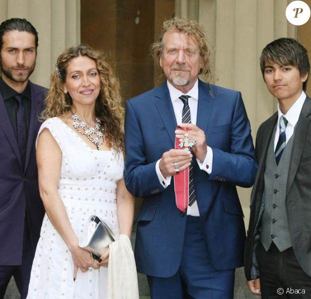 Robert Plant, heureux d'être élevé au rang de Commandeur par le prince Charles, en présence de ses enfants (Logan, Carmen et Jordan)