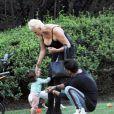 Exclusif - Brigitte Nielsen, son mari Mattia Dessi et leur fille Frida Dessi passent la journée au parc en famille accompagnés de leur petit chien à Los Angeles