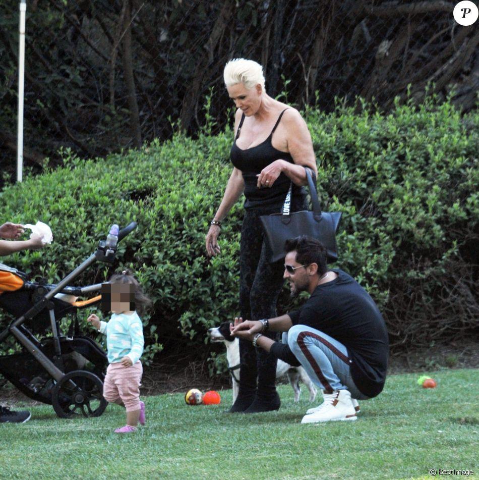 Exclusif - Brigitte Nielsen, son mari Mattia Dessi et leur fille Frida Dessi passent la journée au parc en famille accompagnés de leur petit chien à Los Angeles, le 2 octobre 2019.