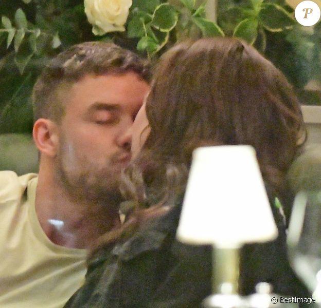 Exclusif - Liam Payne câline et embrasse sa compagne Maya Henry lors d'un diner romantique au restaurant A.O.K dans le quartier de Marylebone, à Londres, le 27 septembre 2019