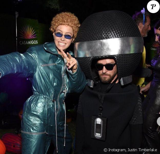 Jessica Biel et Justin Timberlake assistent à la soirée d'Halloween de la marque de tequila Casamigos, respectivement déguisés en Justin Timberlake (à l'époque du groupe 'NSYNC) et en micro. Beverly Hills, le 25 octobre 2019.