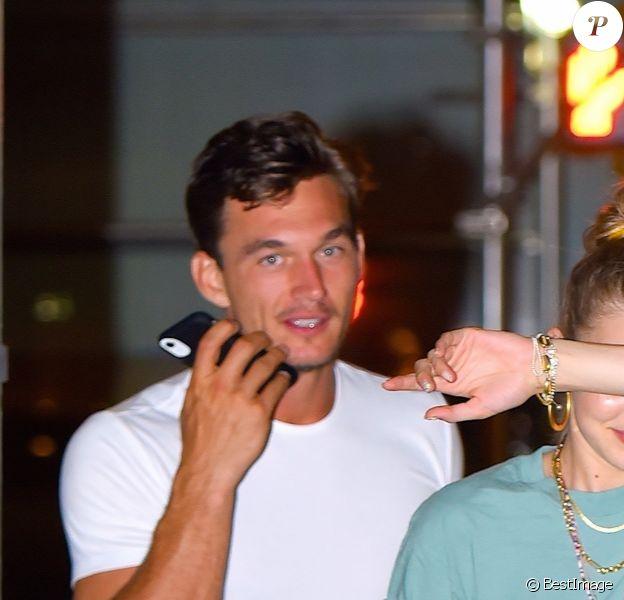 Exclusif - Gigi Hadid et son compagnon Tyler Cameron rejoignent l'appartement new-yorkais du mannequin. Le duo semble assez complice, le 14 août 2019.