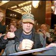 Bruce Dickinson d'Iron Maiden signant des autographes à la sortie de son hôtel à Stockholm en 2008