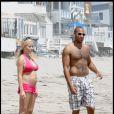 Kendra Wilkinson et son mari Hank Baskett, sur la plage de Malibu, en Californie, le 20 juillet 2009 !