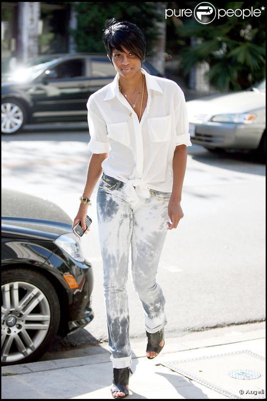Ciara nous présente sa nouvelle coupe de cheveux ! Elle se balade dans les rues de L.A en Lamborghini et s'offre une pause shopping. 21/07/09
