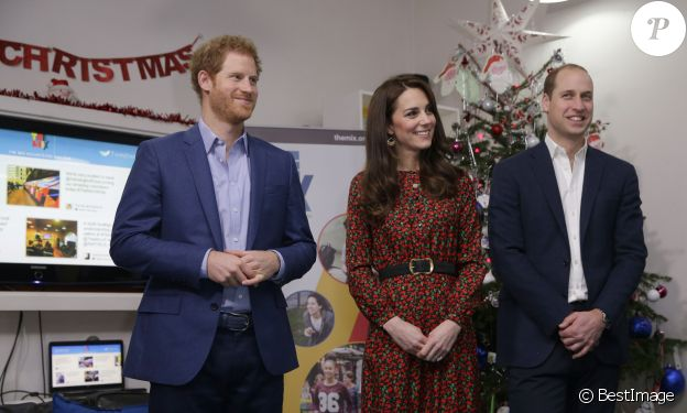 "Le prince Harry, Kate Middleton, duchesse de Cambridge et le prince William, duc de Cambridge, à la réception de Noël de l'établissement ""The Mix"" à Londres le 19 décembre 2016."