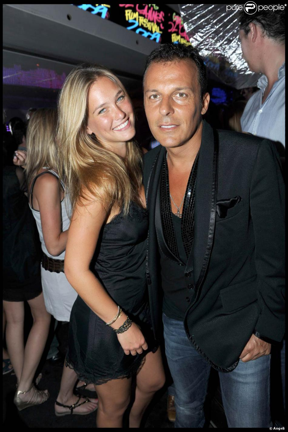 bar refaeli et jean roch s 39 clatent au vip room saint tropez le 22 juillet 2009 purepeople. Black Bedroom Furniture Sets. Home Design Ideas