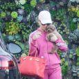 Exclusif - Katy Perry en total look jogging rose à son arrivée à un spa avec son petit chien Nugget dans les bras à Beverly Hills, Los Angeles, le 4 septembre 2019
